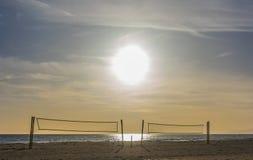 Het hof van het volleyballstrand onder een zonnige dag stock fotografie