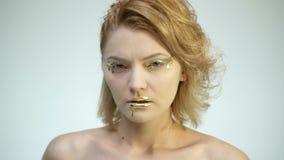 Het hoge art. van het manierlichaam Vrouw met gouden huid en lippen Glamour glanzende professionele make-up De gouden Verf bevlek stock videobeelden