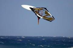 Het hoge backloop windsurfing stock afbeelding