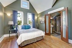 Het hoge binnenlandse ontwerp van de gewelfde plafondslaapkamer stock foto