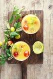 Het hoge Fruit Juice Glasses van de Hoekmening Royalty-vrije Stock Afbeeldingen