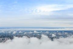 Het hoge landschap van de meningsstad op wolkenhemel stock afbeelding