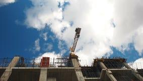 Het hoge stijging de bouw uitgaan De bouwers bouwen een flatgebouw Woonkwart tijdens bouw stock videobeelden