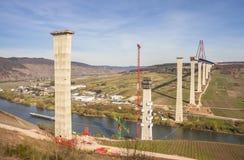 Het hoge van de de Brugbouw van Moezel zijaanzicht over de Moezel vall Stock Afbeeldingen