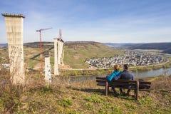 Het hoge van de de Brugbouw van Moezel zijaanzicht over de Moezel vall Stock Fotografie