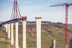 Het hoge van de de Brugbouw van Moezel zijaanzicht over de Moezel vall Stock Foto