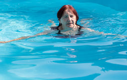 Het hogere actieve vrouw zwemmen Stock Afbeelding