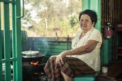 Het hogere Aziatische vrouw koken Stock Afbeeldingen