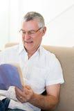 Het hogere boek van de mensenlezing thuis Stock Afbeeldingen
