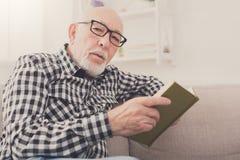 Het hogere boek van de mensenlezing thuis, exemplaarruimte Royalty-vrije Stock Foto