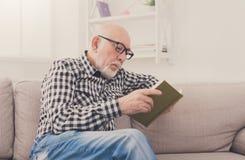 Het hogere boek van de mensenlezing thuis, exemplaarruimte Royalty-vrije Stock Afbeelding