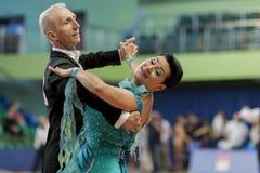 Het hogere Danspaar van Zhukov Evgeniy en Zhukova Irina voert Volwassen Europees Standaardprogramma over Nationaal Kampioenschap  Royalty-vrije Stock Foto