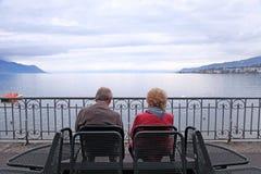 Het hogere man en vrouwen ontspannen bij meer Genève, Zwitserland Royalty-vrije Stock Foto's