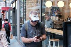 Het hogere mannetje gezien gebruikend een smartphone, ziet buiten een koffie in de centrale Stad van New York royalty-vrije stock fotografie
