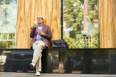 Het in Hogere Mens Ontspannen in Straat Royalty-vrije Stock Afbeelding