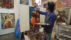 Het hogere mens schilderen op een canvas stock footage