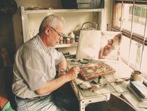 Het hogere mens schilderen in zijn workshop in Veliko Tarnovo Stock Fotografie