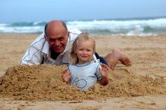 Het hogere mens spelen met kind Stock Foto