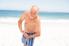 Het hogere mens stellen met zijn spieren stock afbeelding