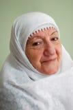 Het hogere moslimdame glimlachen Royalty-vrije Stock Fotografie