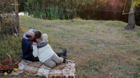 Het hogere paar en hun kleinkind hebben in openlucht pret op achtergrond de herfstaard bij zonsondergang stock video