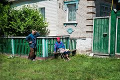 Het hogere paar heeft pret buiten hun huis in dorp Royalty-vrije Stock Foto's