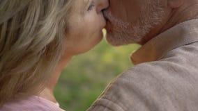 Het hogere paar kussen, sterk huwelijk na lange jaren van samen het leven stock foto