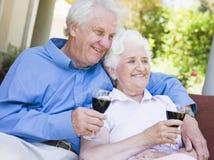 Het hogere paar ontspannen met glas wijn Royalty-vrije Stock Foto's