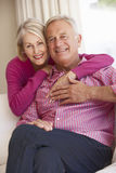 Het hogere Paar Ontspannen op Sofa Together At Home Stock Foto's