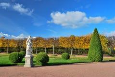 Het hogere park in park Peterhof stock foto