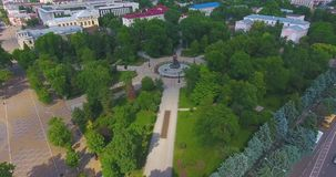Het hogere park van de meningsstad met bomen en voetpadden die die cijfer in vorm van su vormen stock videobeelden