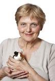 Het hogere proefkonijn van de vrouwenholding - huisdierentherapie royalty-vrije stock afbeelding