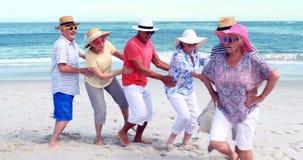 Het hogere vrienden dansen stock video