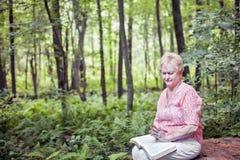 Het hogere vrouw bidden Royalty-vrije Stock Foto