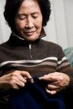 Het hogere vrouw breien Royalty-vrije Stock Fotografie