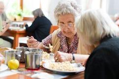 Het hogere vrouw eten Stock Foto