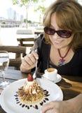 Het hogere vrouw eten Royalty-vrije Stock Fotografie
