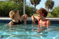 Het hogere vrouw ontspannen in de pool Stock Fotografie