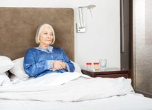 Het hogere vrouw ontspannen op bed royalty-vrije stock afbeeldingen