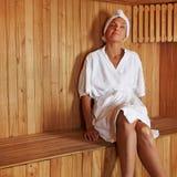 Het hogere vrouw ontspannen in sauna stock afbeeldingen