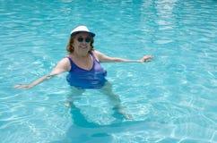 Het hogere vrouw zwemmen Royalty-vrije Stock Foto