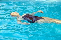 Het hogere vrouw zwemmen Stock Fotografie
