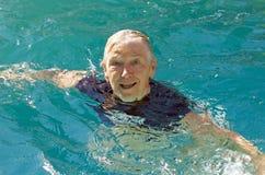 Het hogere vrouw zwemmen Stock Afbeeldingen