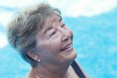 Het hogere vrouw zwemmen Stock Afbeelding