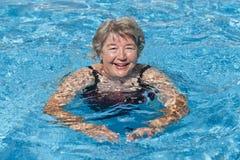 Het hogere vrouw zwemmen Royalty-vrije Stock Afbeelding