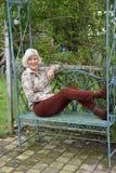 Het hogere wonan ontspannen in haar tuin royalty-vrije stock afbeeldingen