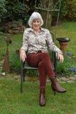 Het hogere wonan ontspannen in haar tuin royalty-vrije stock foto's