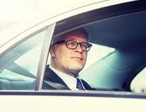 Het hogere zakenman drijven op auto achterbank royalty-vrije stock foto's