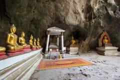Het Hol van Khaoluang in Phetchaburi, Thailand, met een groot binnen aantal beelden van Boedha Royalty-vrije Stock Foto's