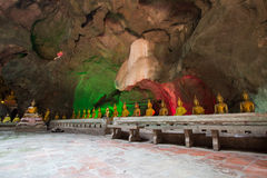 Het Hol van Khaoluang in Phetchaburi, Thailand, met een groot binnen aantal beelden van Boedha Royalty-vrije Stock Foto